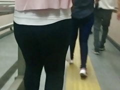 czarne legginsy ukryte kamery publiczne metro