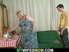 Esposa encontra enorme mãe inlaw monta seu pau