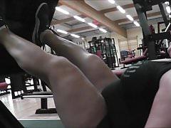 Weibliche Beinstärke Anna Konda hebt Tonnen von Gewichten an
