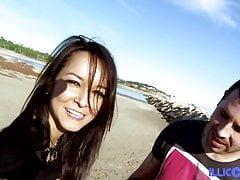 La brésilienne Francys Belle se fait baiser sur la plage