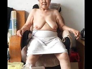 亚洲80奶奶洗完澡后