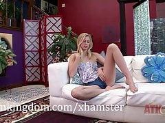 Alexa Grace mostra la sua figa stretta e si strofina il clitoride