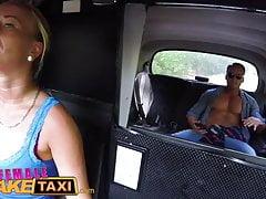 Femme blonde chauffée avec un faux taxi