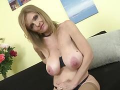 Miss mature SUPER TITS nutrono la sua figa elegante