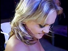 Bitchy Blonde Tette piccole Fuck Guy With Strap On