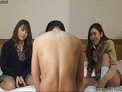 Der Mann wird von den Mädchen versohlen