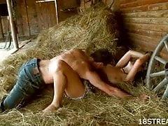 Palenie gorącego seksu w stogu siana
