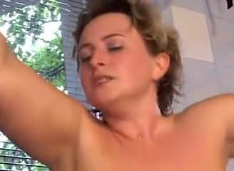 Русская женщина мастурбирует в туалете