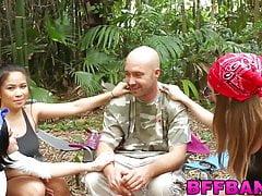 Giovani ragazze BFF condividono il cazzo al loro campeggio annuale