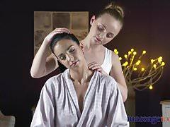 Masážní místnosti Sedí tváří orgasmy pro nadrženou mladou lesbičku