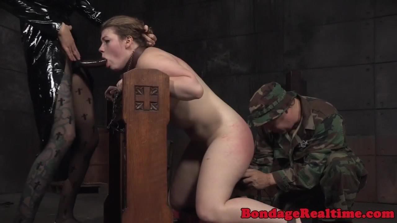 Парень держит девушки за интимные места