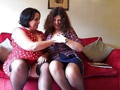 Dojrzała matka BBW pieprzy seksowną córkę BBW