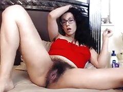 Haariges Mädchen, das mit ihrer Pussy spielt