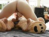 elle  baise  avec son ours  la  garce