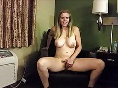 Blonde, salope poilue a la pression et pisse dans la chambre d'hôtel!