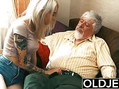 Vecchi e giovani teen bionda scopata da vecchio cazzo di figa stretta