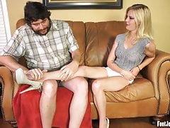 Sexy Mya dostává prsty na nohou a nohy se uctívají