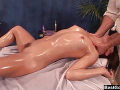 Najlepszy masaż olejem erotycznym Gonzo prowadzi do szorstkiego sexu
