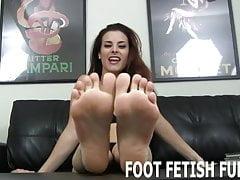 Ich liebe es, wenn ungezogene Jungs auf meine Füße wichsen