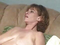 Prima esperienza lesbica della mia matura moglie fatta in casa