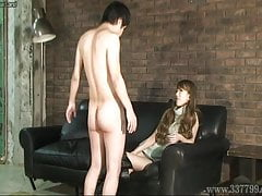 CFNM japonská femdom Ruri ráda pozoruje mladého nahého muže