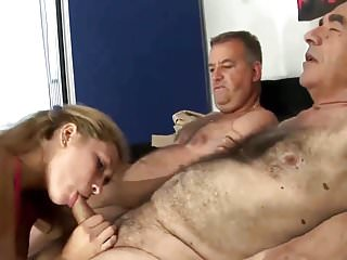 丈夫與老爺爺分享他可愛性感的妻子