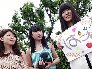 三個日本青少年吸一個毛茸茸的迪克在的車