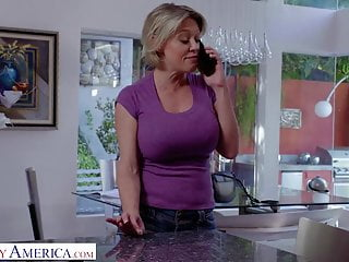 La cattiva America Dee Williams ottiene un azione interrazziale