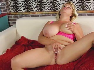 Flavia la mamma dal seno grosso si sta bagnando