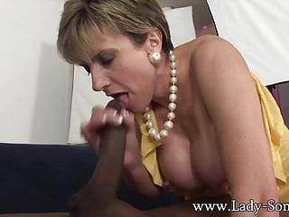 La milf britannica Lady Sonia scopa e succhia una BBC ENORME