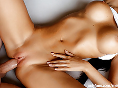Babe Fucks Hard and Cums from Fingers in her Ass