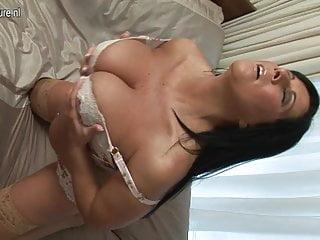 Hot MILF mette in mostra un corpo magnifico e si diverte con un dildo