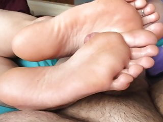 Mgiving foot job