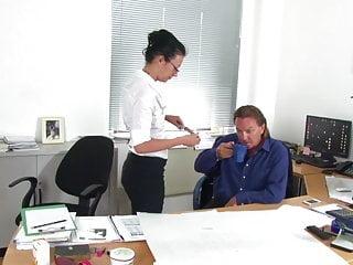 Der geilen Sekretaerin erstmal auf die Brille gespritzt