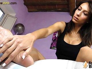 Sexy massaggio ai piedi con olio