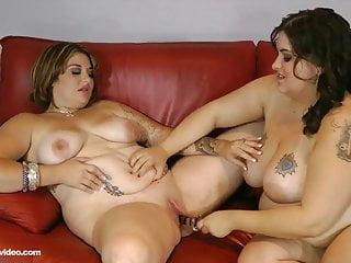2 procace bbw lesbiche leccare grande pancia e FIGA