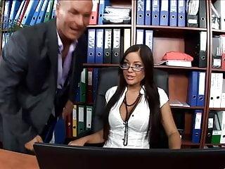Calda segretaria scopata in calze e tacchi alti