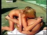 Deux lesb sur la terrasse