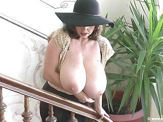 Milena mit ihren dicken Titten im Treppenhaus - geil