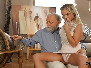 Dedo trtká mladú blondínku