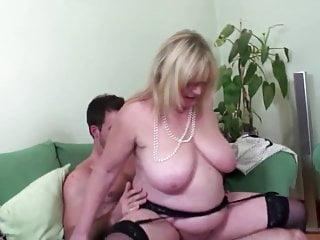 Madre sexy matura tettona scopata da un giovane amante