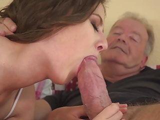 Dedko dostal chuť na mladú vlhkú vagínu