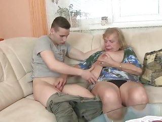 Vecchia nonna succhia e scopa un cazzo giovane
