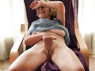 Amateur grandma having a real orgasm...