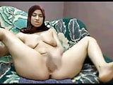Arab MILF masturbating passionately in amateur clip