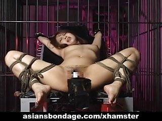 性感的女孩被綁起來和性交的大機器