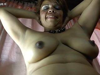 Amatoriale Latina mamma matura e la sua figa pelosa