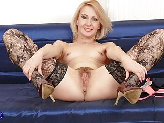 Furry housewife fucks her vagina