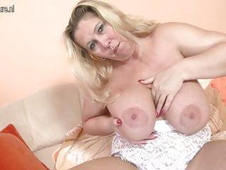 Madre matura con grandi tette e buchi affamati