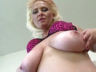 Mamma troia con grandi tette cadenti e figa molto affamata